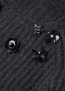Pullover mit floralen Pins