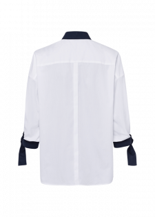 Bluse mit Zierknöpfen